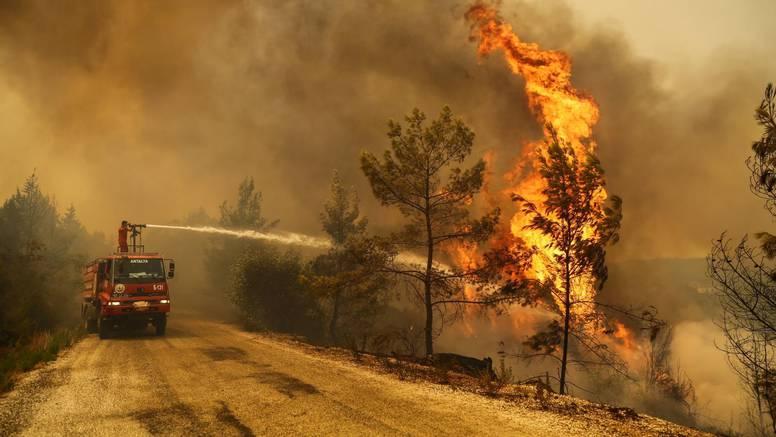 Šumski požar u Turskoj traje već peti dan: Evakuiraju se turisti