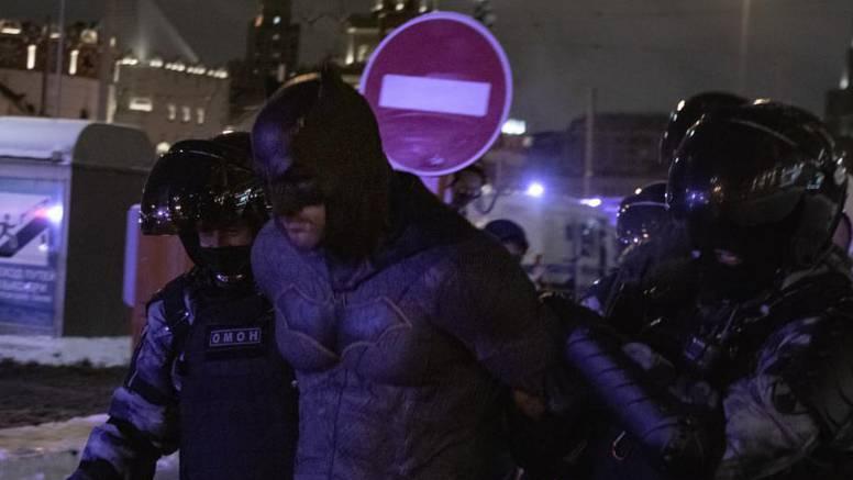 Alfred, u problemu sam! Policija je u Rusiji privela - Batmana