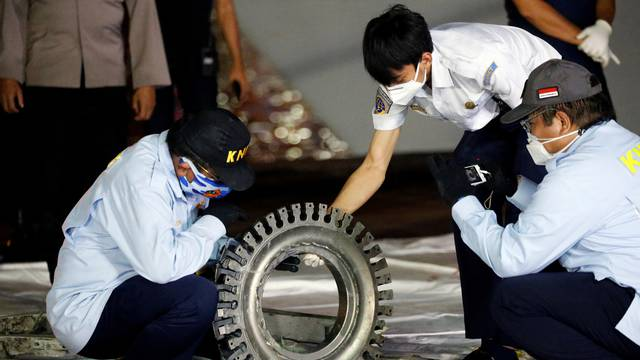 Indonesia continues search for debris of Sriwijaya Air flight SJ 182