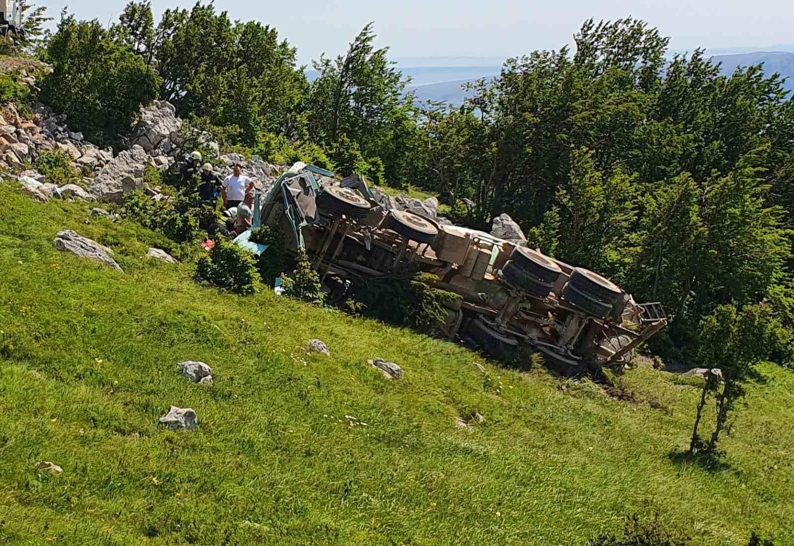 Nesreća kod N. Vinodolskog: Jedan ispao iz kamiona, drugi je ostao zarobljen u vozilu