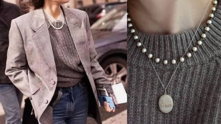 Klasičan detalj: Bijela biserna ogrlica posveta je vintage stilu