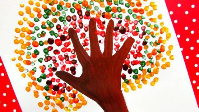 Zabavite djecu: Naučite ih kako uz pomoć dlana naslikati drvo