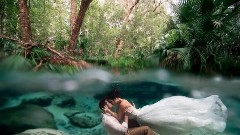 Kakav trenutak: Pod morem je uslikala poljubac mladenaca