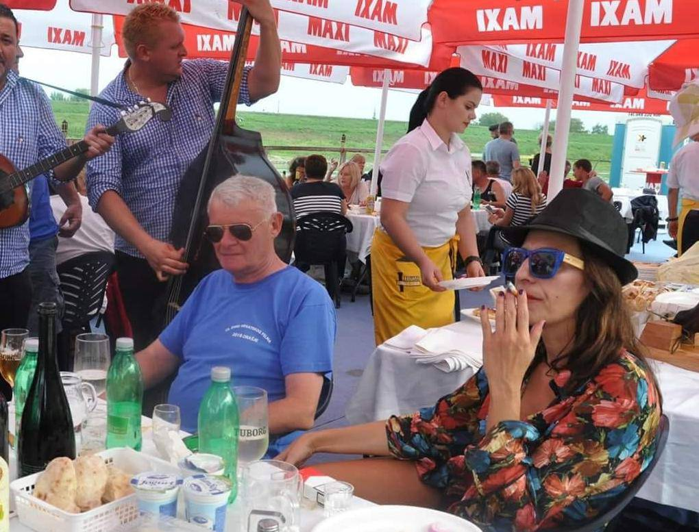 Ivo Gregurević i inspektorica uživaju u Orašju na bećarima
