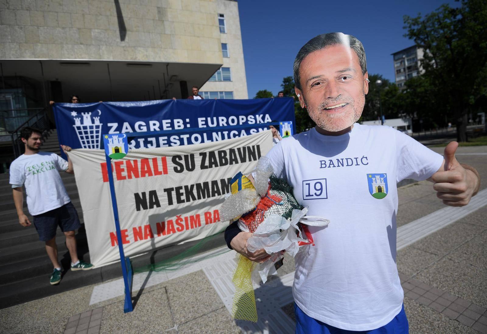 Zagreb: Zelena akcija održala prosvjedni performans ispred gradskog poglavarstva