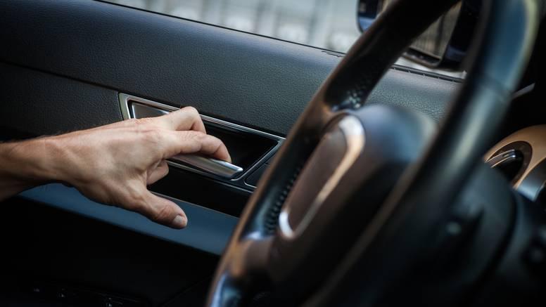 Vrata na autu baš nikad ne bi trebalo otvarati lijevom rukom