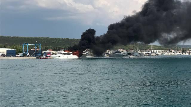 Sukošan: U marini je planula jahta, dim se vidio kilometrima