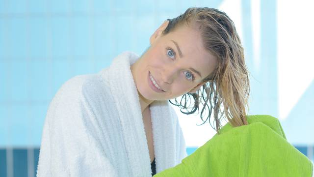 Trikovi kako brže osušiti kosu bez fena: Postoji poseban sprej, a tu je i ručnik od mikrovlakana