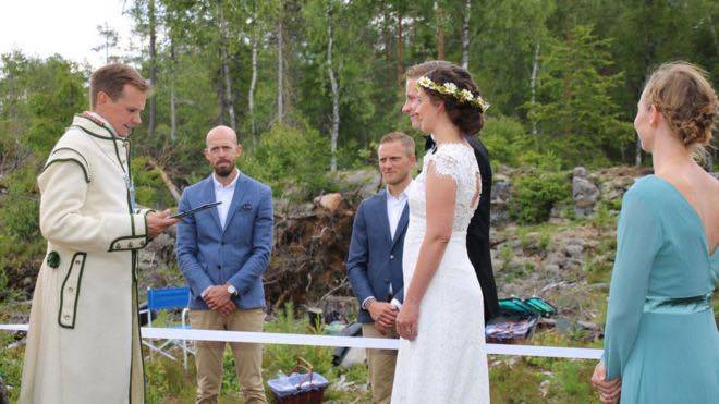 Šveđanin i Norvežanka vjenčali se na granici, svatko na svojoj zemlji odvojeni bijelom vrpcom