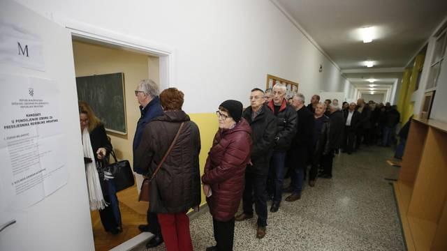 U Mostaru i dalje veliki redovi na glasanju za predsjednika RH