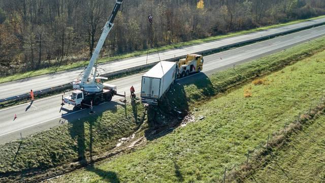 Izvlačenje vozila koja su sudjelovala u prometnoj nesreći na autocesti A1