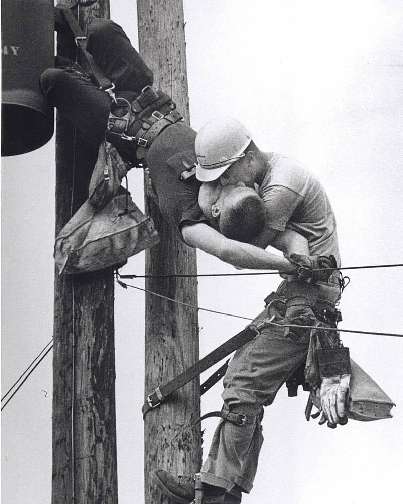 'Poljubac života': Ne, na ovoj slici nisu muškarci koji se ljube