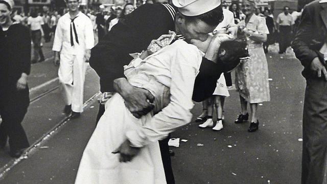 Preminuo je mornar s kultne fotografije 'Poljubac' iz 1945.