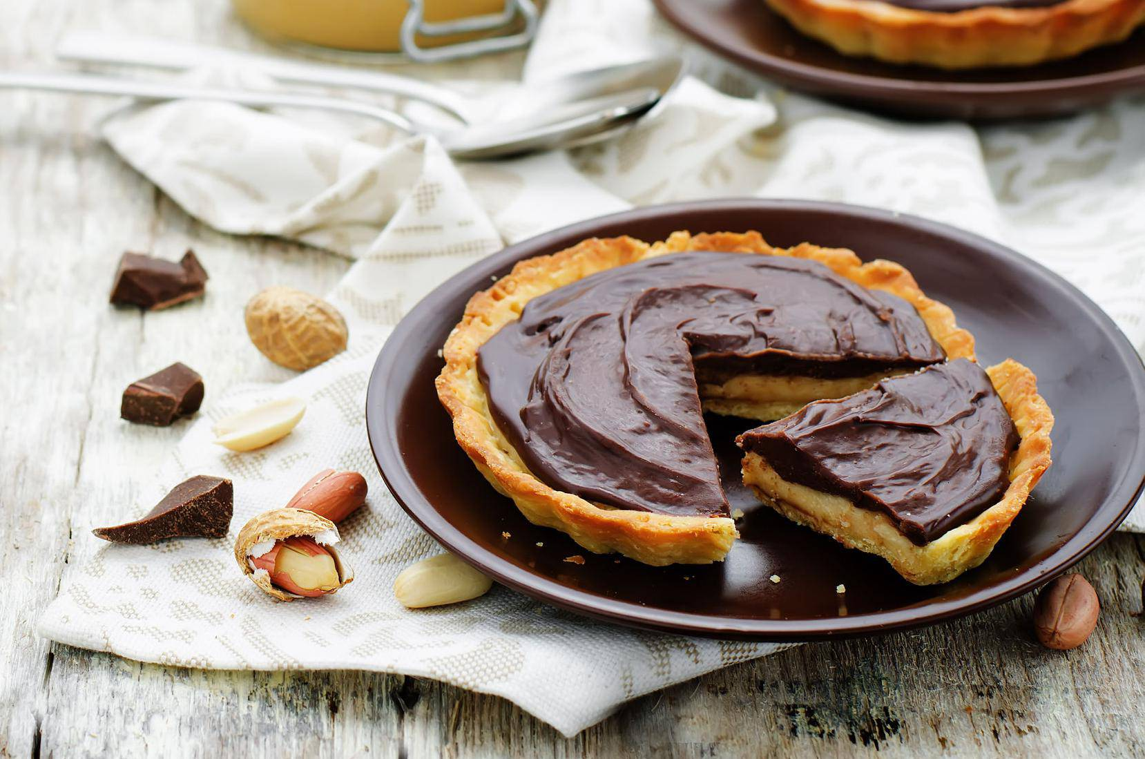 Prhki kolači od kikiriki maslaca preliveni crnom čokoladom