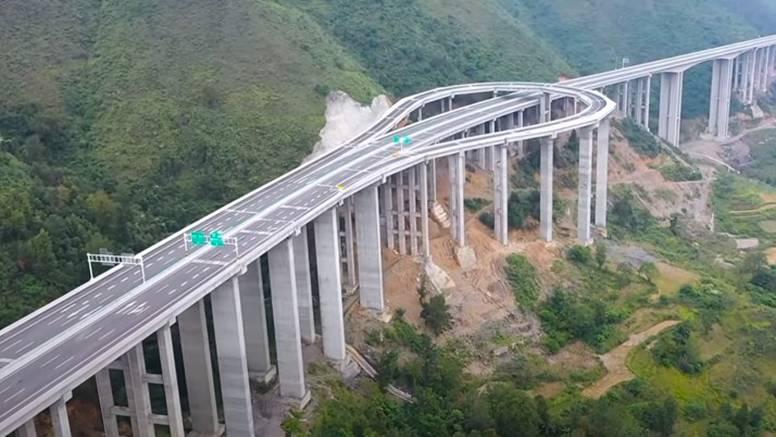 Kineski autoput na kojem se može polukružno okrenuti