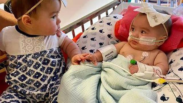 Jednojajčane blizanke nisu se vidjele 200 dana: Njihov susret svima je izmamio suze na oči...