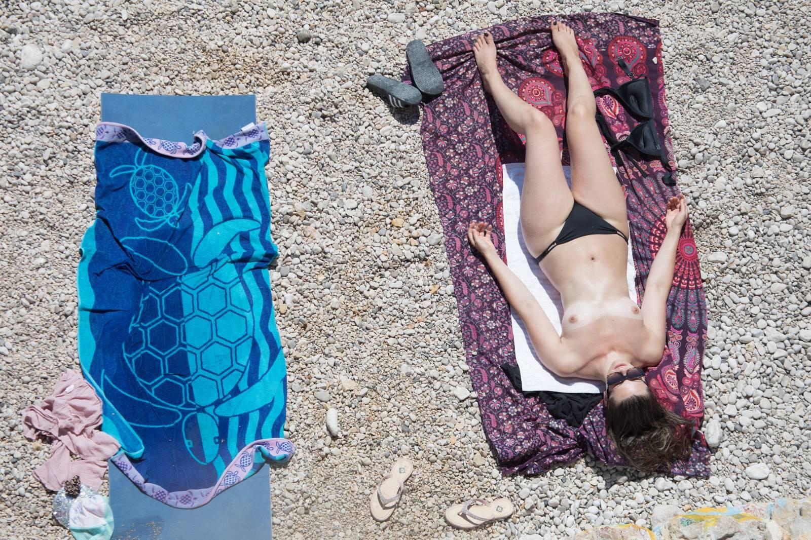 Rijeka: Ljudi na plaži uživaju u sunčanju i kupanju