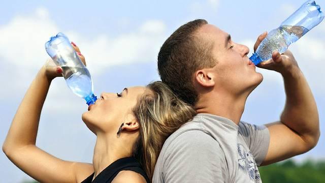 Plastične boce: Korisne, nužno zlo ili bi ih trebalo zabraniti?