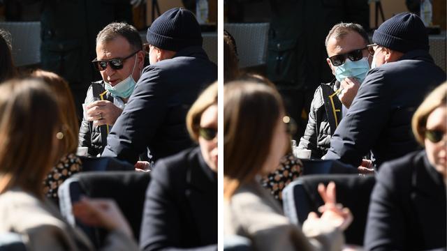 FOTO Beroš pio kavu na terasi kafića s maskom pa je svako malo skidao da otpije gutljaj