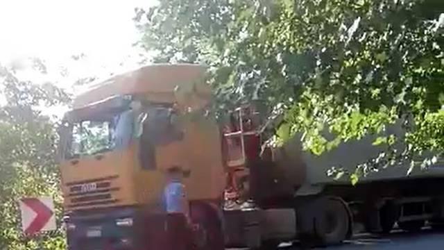 Motorom podletio pod kamion, s ozljedama prevezen u bolnicu