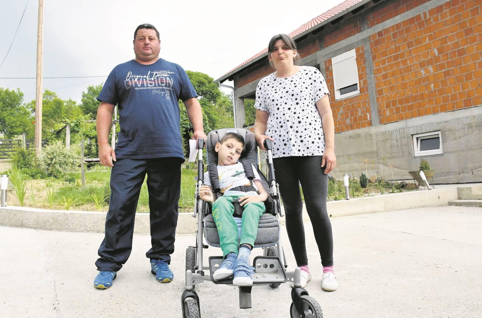 Očajni roditelji iz Požege: 'Dijete nam se guši u bolovima, a u bolnici ga ne žele primiti'