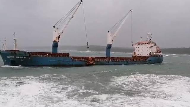 Orkanski vjetar dizao valove i do šest metara, kod Koromačna teretni brod izbjegao havariju