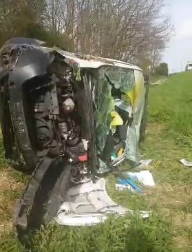 Frontalno se sudarili kombi i automobil: Dvoje ljudi  u bolnici