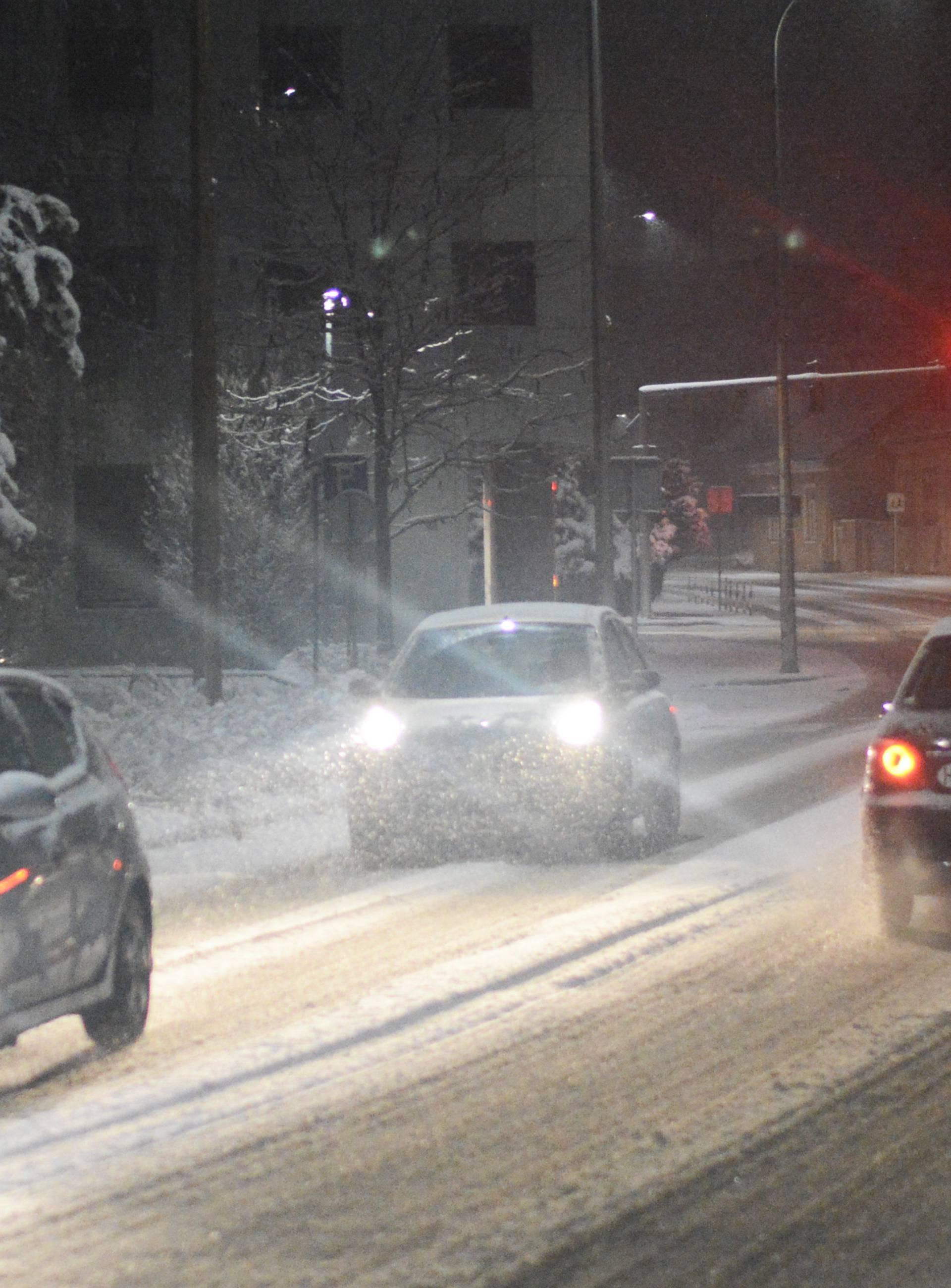 Sisak: Pješaci i vozači posebno su oprezni po prometnicama prekrivenim snijegom