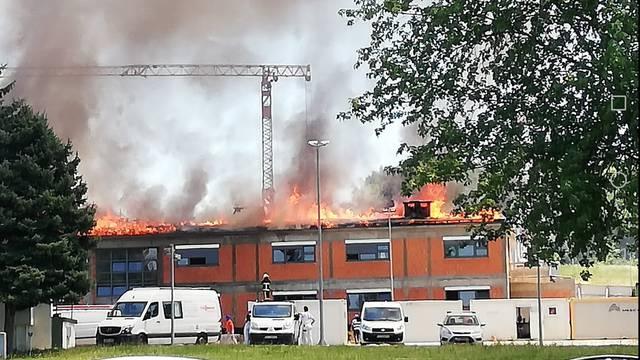 Vatrogasci ugasili požar: Gorio je krov nove zgrade u vojarni