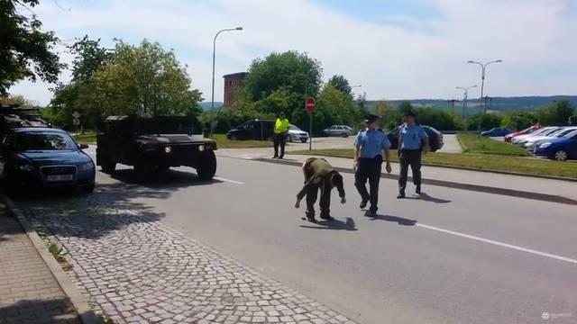 Veteran je pokazao stražnjicu američkom konvoju u Češkoj