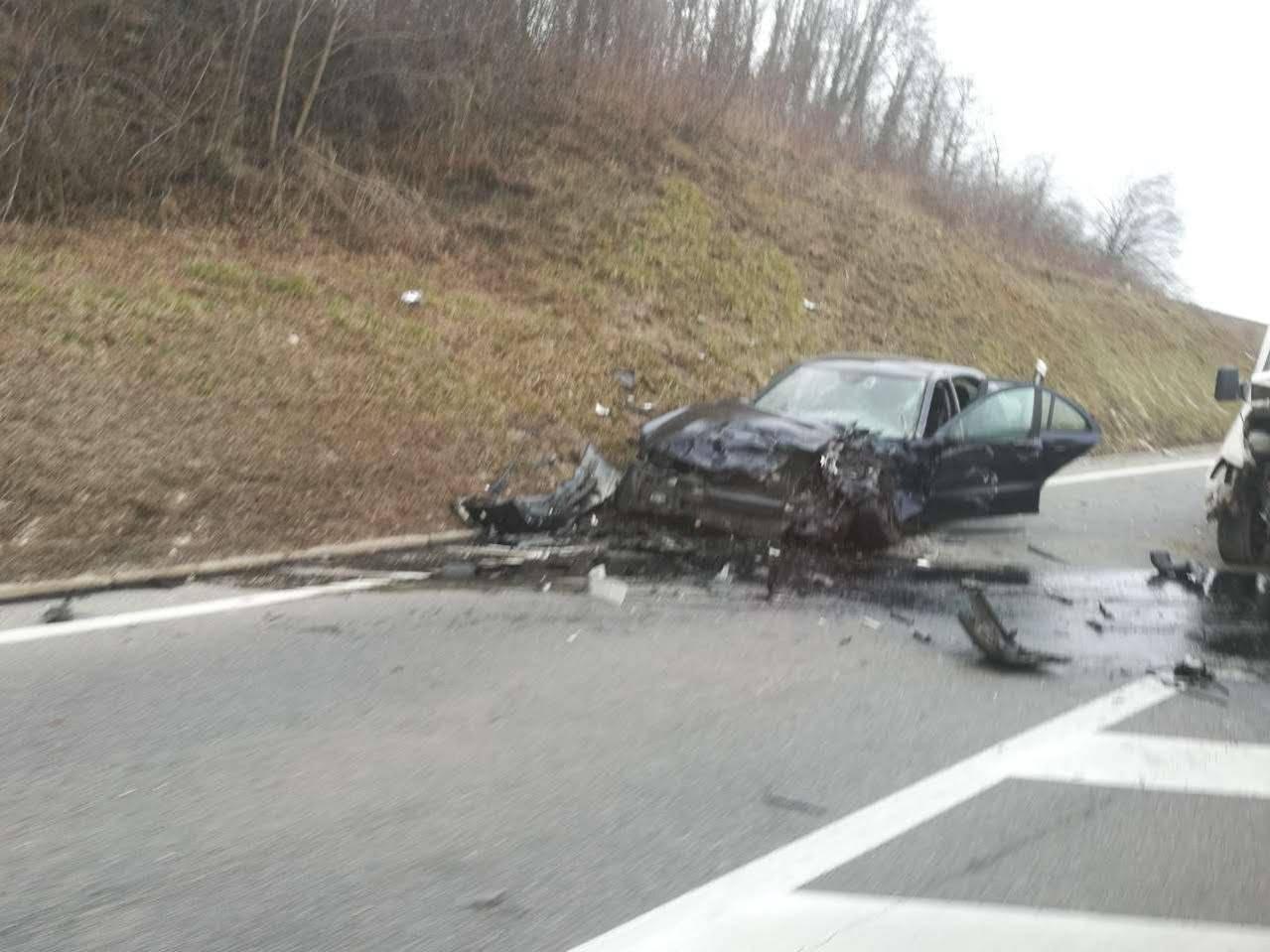 Teška nesreća: Sudarili se auto i kombi, dvoje ljudi ozlijeđeno