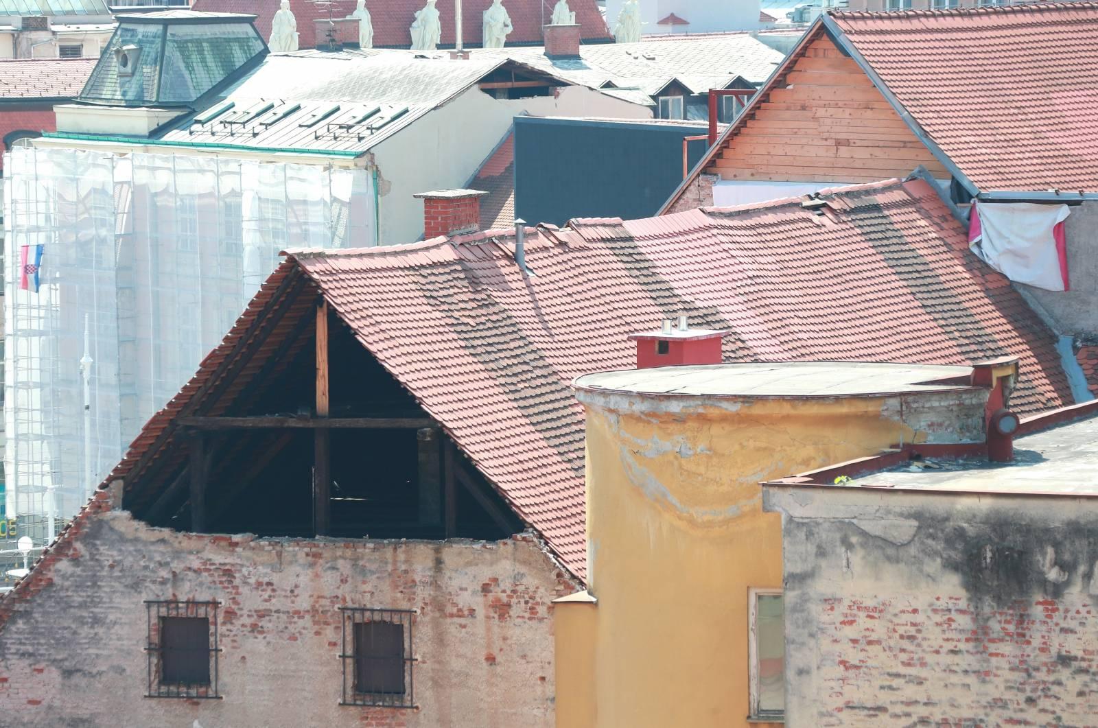 Zagreb: Pogled na krov koji je obložen samo s daskama i na krov koji još nije saniran od potresa
