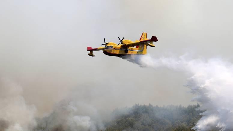 Kanader HRZ-a četvrti put gasi požar u kod Širokog Brijega