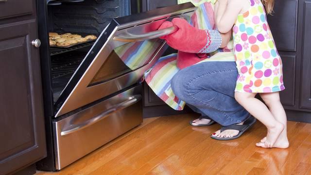 Je li sigurno držati tave i zdjele u ladici odmah ispod pećnice?