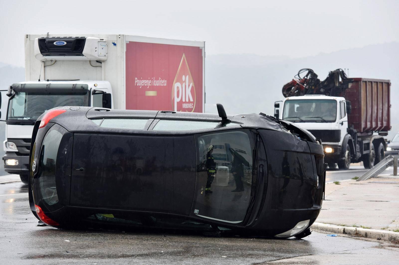 Šibenik: U prometnoj nesreći jedno vozilo završilo na boku, intervenirali i vatrogasci