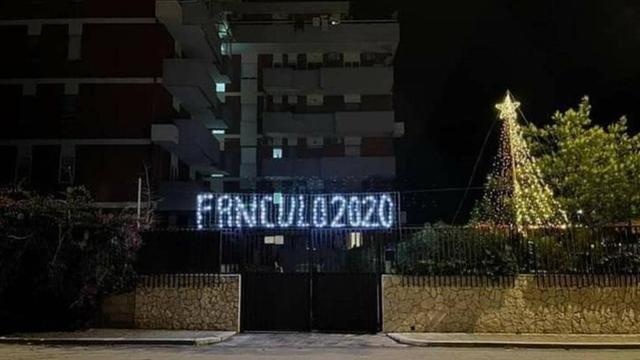 """Novogodišnji ukras i poruka za koronu: """"J**i se, 2020."""""""