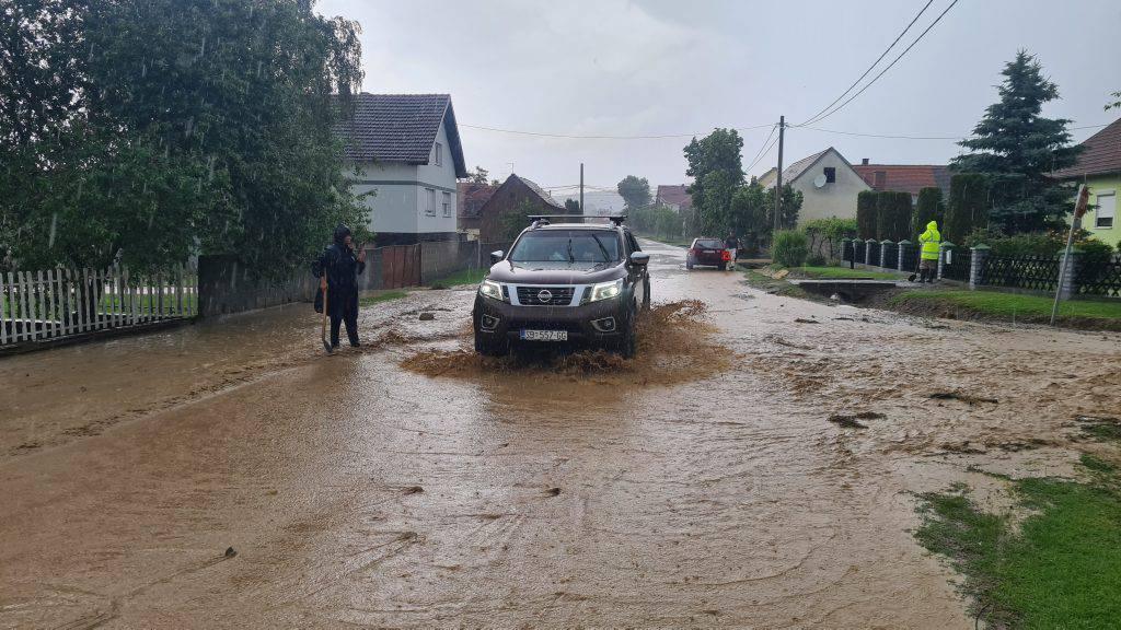 Obilna kiša je kod Pleternice poplavila ceste, dvorišta i polja