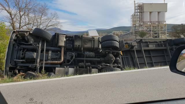 Prevrnuo se kamion: Vozač nije mogao van, došli i vatrogasci...