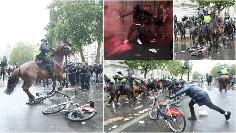 Podivljali prosvjednici: Bacali su baklje i bicikle na konje, policajka se zabila u semafor!