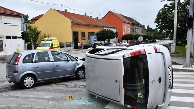 Nova Gradiška: U sudaru dva Opela jedan završio na boku