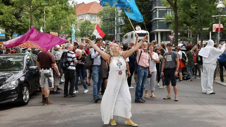 Na prosvjedima protiv mjera privedeno oko petsto ljudi
