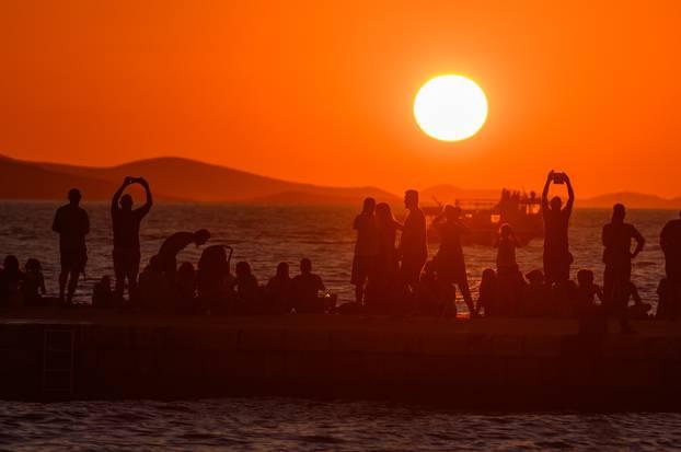 Zalazak sunca u Zadru oduševio sve, posebno ljubavne parove