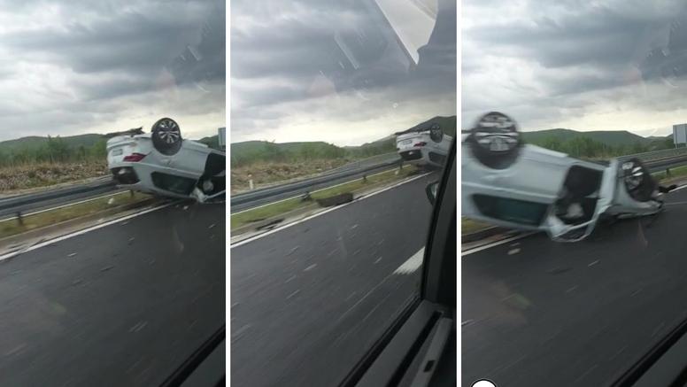 Nesreća na autoputu:  Auto završio na krovu kod Radošića