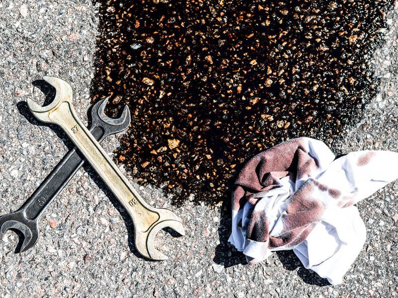 Mačji pijesak, kola i WD 40 će isprati uljne mrlje s prilaza kući