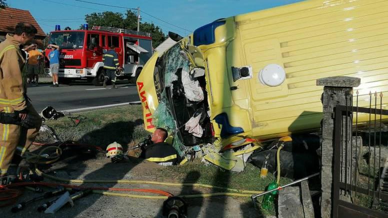 Pijani vozač je skrenuo u lijevo a Hitna ga preticala: Udarili su u betonski most i prevrnuli se...
