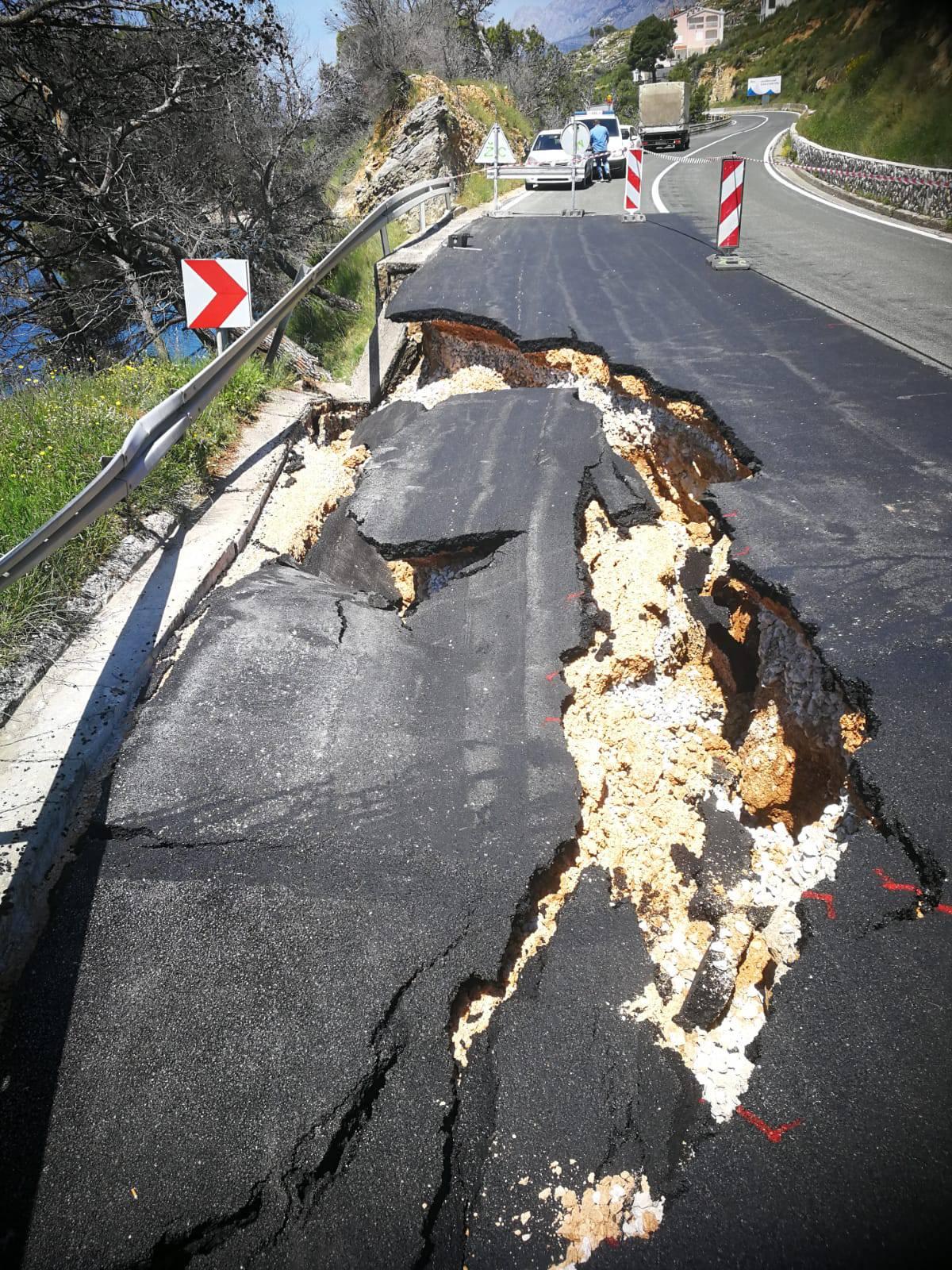 Između Makarske i Podgore se urušila cesta: Promet zatvoren