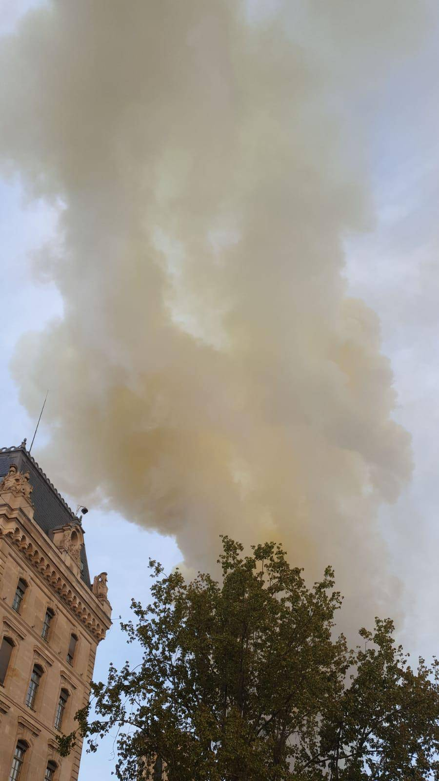 Požar u Notre Dame: 'Najgore je prošlo, crkva se neće srušiti'