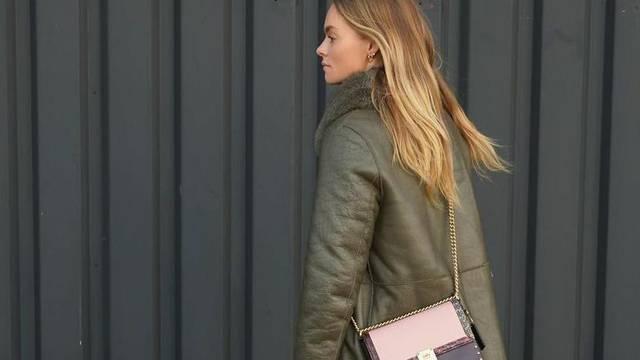 Pastelno roza torbica osvježila je maslinasto zeleni kaput