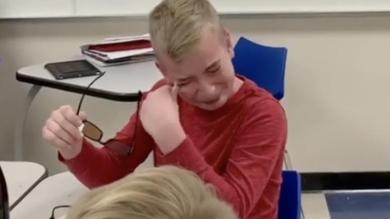 Dirljiv video: Dječak daltonist prvi put u životu vidio boje...