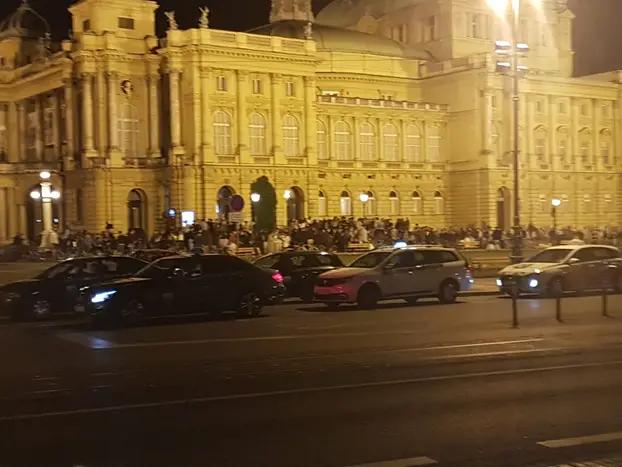 Masovni tulumi ispred HNK u doba korone: 'Nemamo gdje biti, inače idem na narodnjake'
